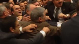 Turquie: nouvelle bagarre générale au Parlement, 4 élus finissent à l'hôpital