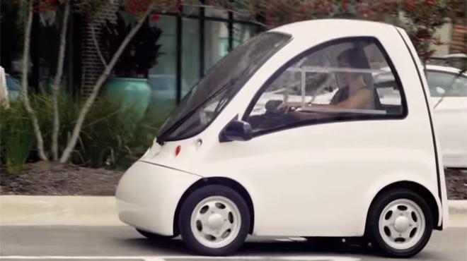Une autre petite citadine? Attendez que la conductrice sorte de la voiture! (vidéo)