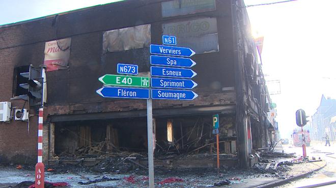 Une zone de commerce dévastée par le violent incendie à Trooz: