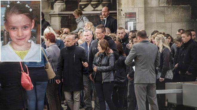Émotion palpable aux funérailles de la petite Chloé à Calais: