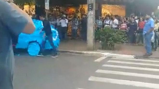Il s'est garé sur une place pour handicapés, il n'aurait vraiment pas dû (vidéo)