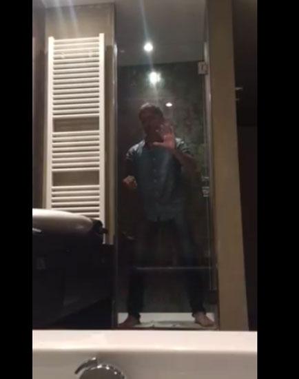 Gad Elmaleh fait le fou sous la douche d'un hôtel liégeois (vidéo)