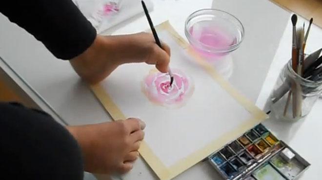 Née sans bras, une Bruxelloise quitte son job pour se mettre à la peinture: