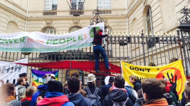 des manifestants grimpent sur l 39 ambassade de la belgique paris la police les disperse et. Black Bedroom Furniture Sets. Home Design Ideas