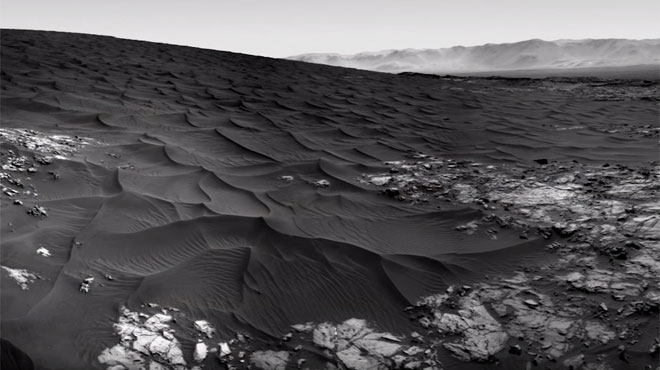 Sur Mars, Curiosity découvre de mystérieuses dunes de sable noir:
