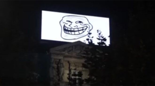 Piratage de l'écran publicitaire géant de la place De Brouckère: le hacker diffuse des images humoristiques et sexy