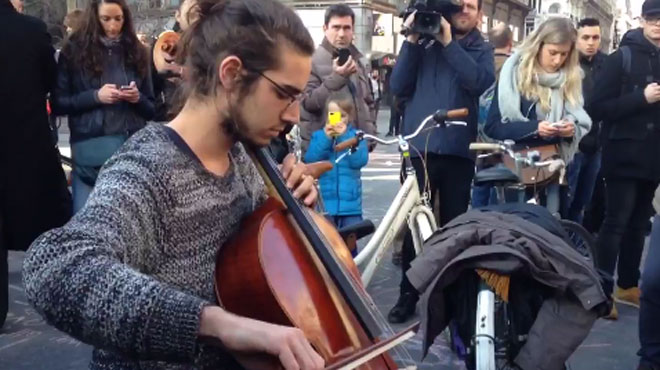 Attentats à Bruxelles: un inconnu joue du violoncelle sur la place de la Bourse en hommage aux victimes (vidéo)