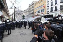 Attentats à Bruxelles: quelque 400 manifestants de noir vêtus à la place de la Bourse