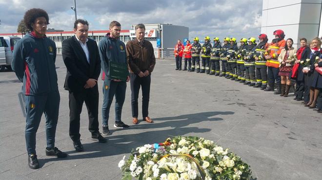 Attentats de Bruxelles: les Diables Rouges se sont recueillis à l'aéroport (photos)