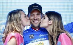 Ster ZLM Toer - Maarten Tjallingii pend son vélo au clou