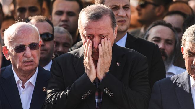 Erdogan craque après la tentative de coup d'État en Turquie: il apparaît en larmes aux obsèques d'une victime (photos)