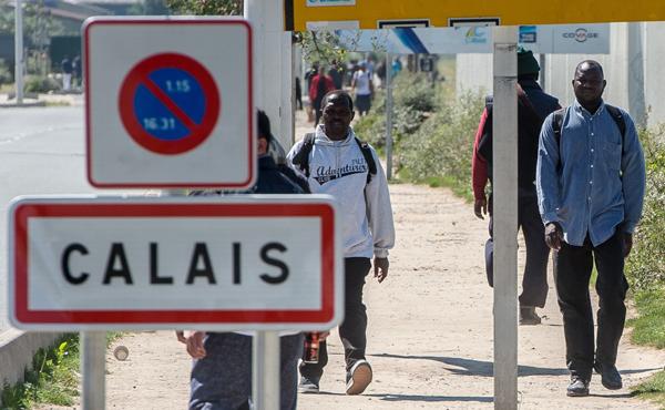 La construction d'un mur anti-migrants va démarrer à Calais: