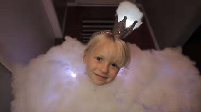 SPECTACULAIRE: ce père de famille fait fort cette année pour Halloween, il déguise sa fille... en ORAGE (vidéo)