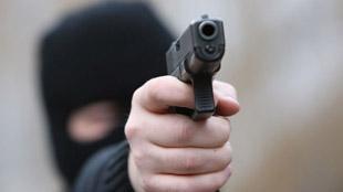Roux: des malfrats braquent un supermarché, frappent un employé et volent la voiture d'un client pour s'enfuir