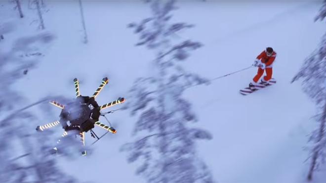 Ce Père Noël vole dans les airs tracté par un énorme drone: la vidéo est HALLUCINANTE!