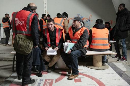 les ouvriers non pay s du m tro parisien suspendent leur gr ve rtl info. Black Bedroom Furniture Sets. Home Design Ideas
