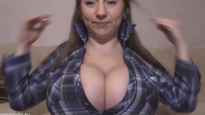 Elle ouvre sa chemise grâce à ses SEINS (vidéo)