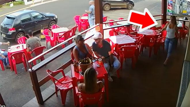 Un homme infidèle boit un verre avec sa maîtresse lorsque son épouse débarque dans le bar (vidéo)