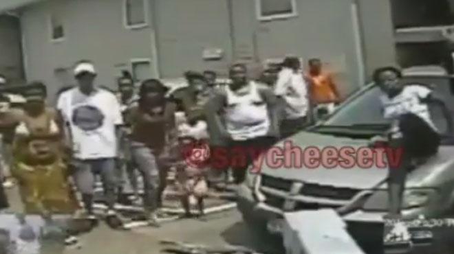 Sa voiture va être embarquée par la fourrière: contre toute attente, tout le quartier s'en mêle (vidéo)