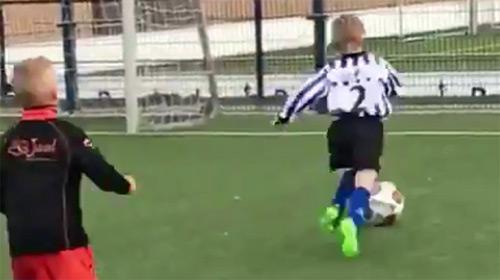Le fils de Dirk Kuyt a 5 ans, et il joue déjà mieux que vous (vidéo)