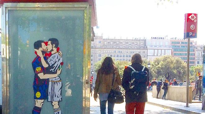 Le baiser entre Lionel Messi et Cristiano Ronaldo sur un mur de Barcelone fait fureur avant le
