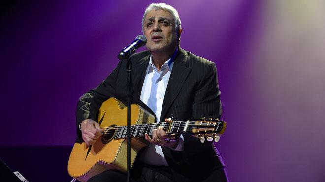 Le procès d'une vaste escroquerie s'ouvre à Paris: le chanteur Enrico Macias parmi les victimes