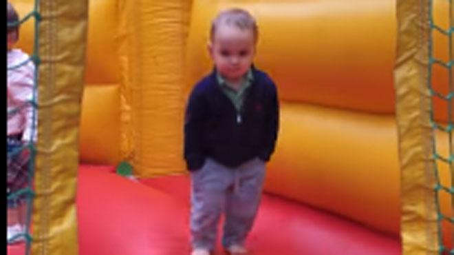 A 2 ans, il a une attitude très décontractée dans un château gonflable: