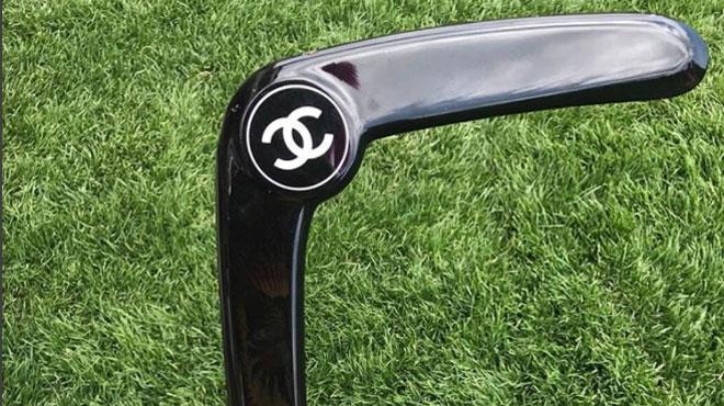Pourquoi ce boomerang de luxe de Chanel crée-t-il la polémique sur les réseaux sociaux?