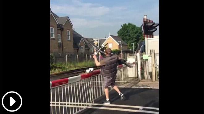 Cet homme inconscient franchit un passage à niveau fermé avec son vélo: a-t-il vu le train qui approche? (vidéo)