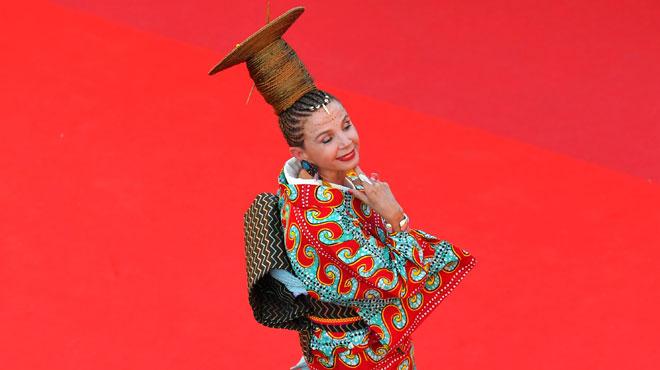Le look IMPROBABLE de Victoria Abril en geisha africaine sur les marches du Festival de Cannes (photos)