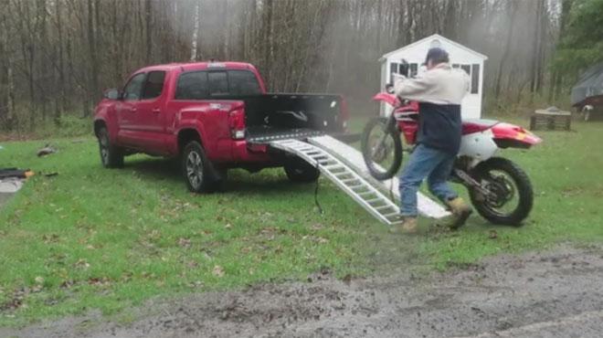 Hilarant: il tente de faire monter sa moto sur ce véhicule mais rien ne se passe comme prévu (vidéo)