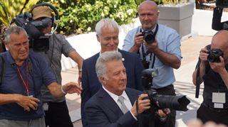 Cannes- l'acteur Dustin Hoffmann pique l'appareil d'un photographe pour s'amuser un peu