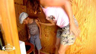 Peggy découvre les toilettes sèches révolutionnaires du camping bio- Atroce! La crotte de 3.000 personnes est en train de faire un totem!