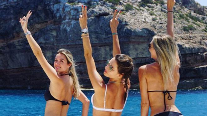 Besoin d'un peu de chaleur? La bombe Alessandra Ambrosio s'éclate à la plage et dévoile ses fesses (photos)