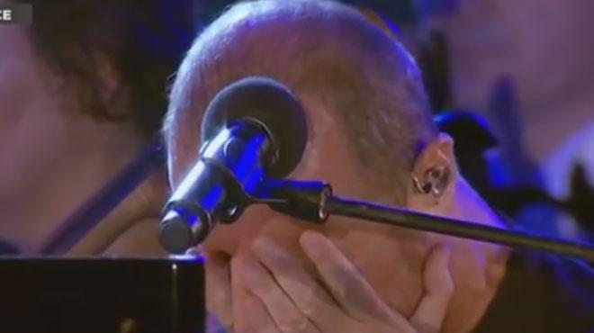 Submergé par l'émotion, Calogero fond en larmes pendant sa chanson en hommage aux victimes de Nice