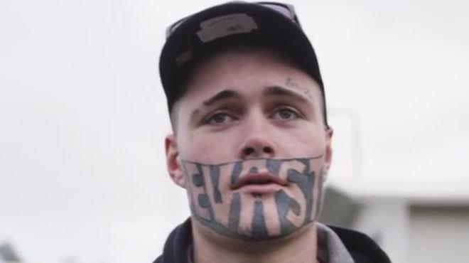 Mark n'arrive pas à trouver du travail à cause de son énorme tatouage au visage:
