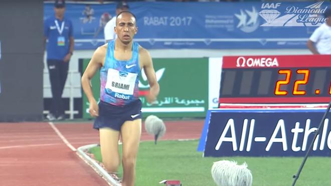 Gros moment de solitude pour cet athlète: il continue de courir seul après un faux départ (vidéo)
