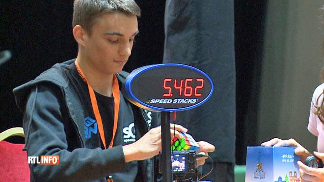Ce jeune de 15 ans résout un Rubik's Cube en moins de six secondes!