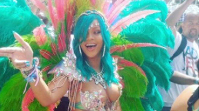 TORRIDE: Rihanna dévoile ses courbes généreuses pour célébrer la fin des récoltes de la Barbade (photo)