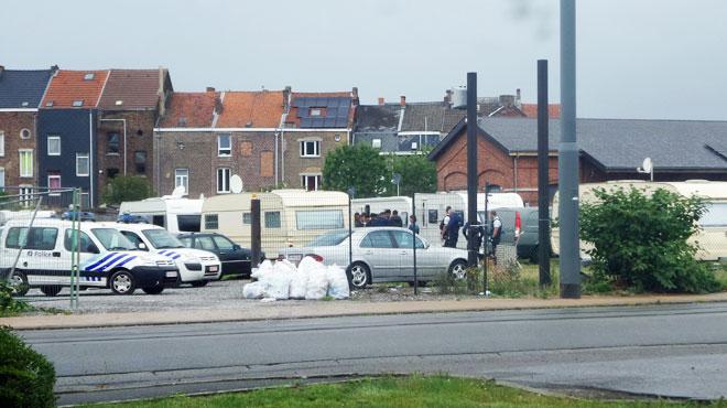 Trois camps de gens du voyage perquisitionnés à Charleroi: ils avaient arraché la nouvelle clôture d'un particulier pour s'y installer