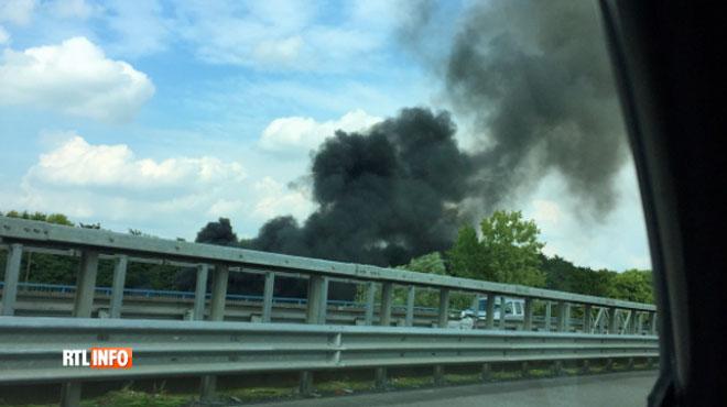 Un véhicule en feu a provoqué la fermeture de la E40 près de Bruxelles