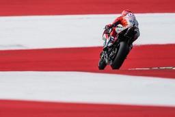 Andrea Dovizioso s'impose en MotoGP après un duel intense contre Marc Marquez
