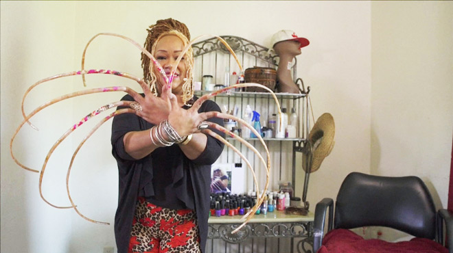 Elle n'a pas recoupé ses ongles depuis 23 ans