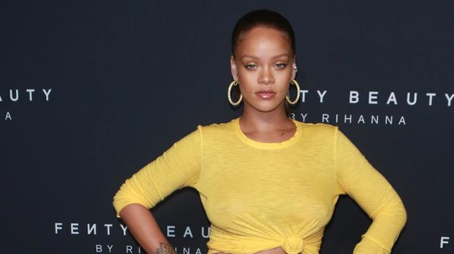 Rihanna, sublime et sexy dans un ensemble jaune qui dévoile sa poitrine (photos)