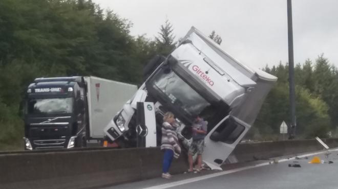 Accident sur l'E25: un camion transportant de l'aluminium se retrouve couché sur la berme centrale