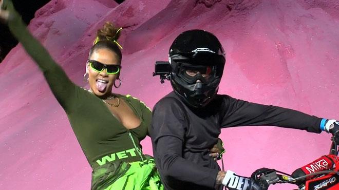 Shorts, cuissardes et talons XXL: Rihanna présente sa collection à la Fashion Week et termine son défilé par un tour d'honneur à moto