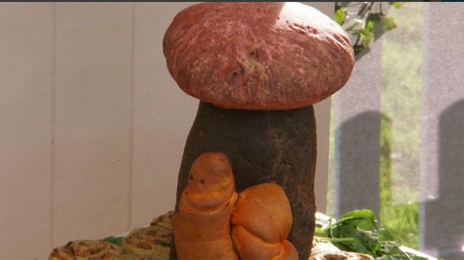 Son pain en forme d'escargot ressemble à autre chose: les animateurs de cette émission culinaire ne peuvent garder leur sérieux (vidéo)