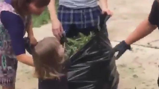 ADORABLE: cette petite fille tient absolument à aider une patrouille de police occupée à dégager la chaussée en Floride (vidéo)
