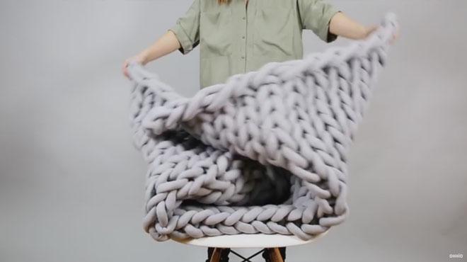 Tricoter une couverture en moins de 45 minutes sans aiguilles, c'est possible, voici comment (vidéos)