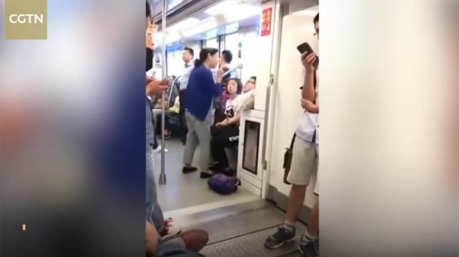 Un usager du métro refuse de céder sa place à une vieille dame: elle trouve une solution originale (vidéo)